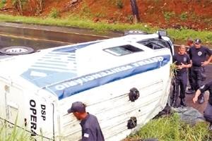 Veículo bateu em um barranco e tombou no acostamento, na BR 101 Sul (Foto: Marcos Fernandez/ A Gazeta)
