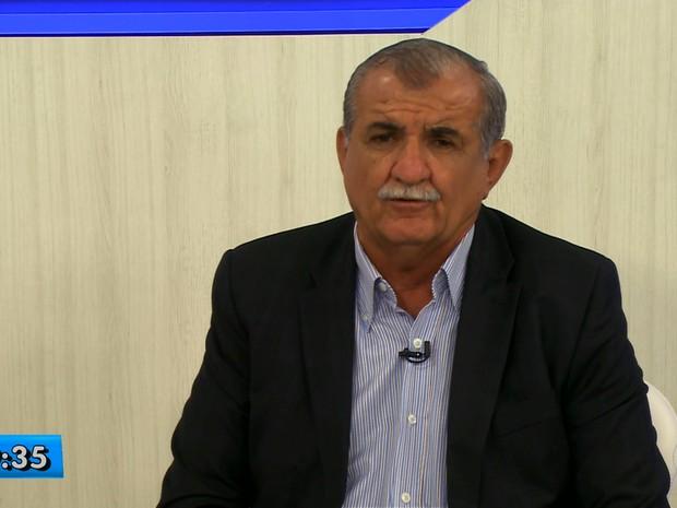 Adalberto Cavalcanti concede entrevista ao GRTV 1º edição (Foto: Reprodução/ TV Grande Rio)