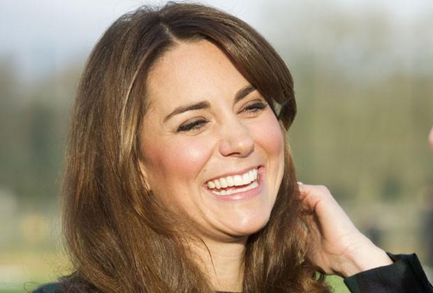 Kate Middleton, a duquesa de Cambridge, sorri durante evento na última sexta-feira (30) em uma escola britânica (Foto: Arthur Edwards/AP)