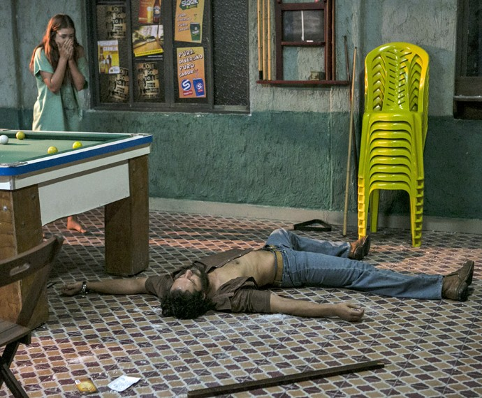 Eliza fica desesperada ao ver Dino no chão (Foto: Inácio Moraes/ Gshow)