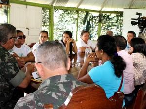 Familiares pedidam apoio do Exército nas buscas (Foto: Larissa Matarésio/G1 AM)