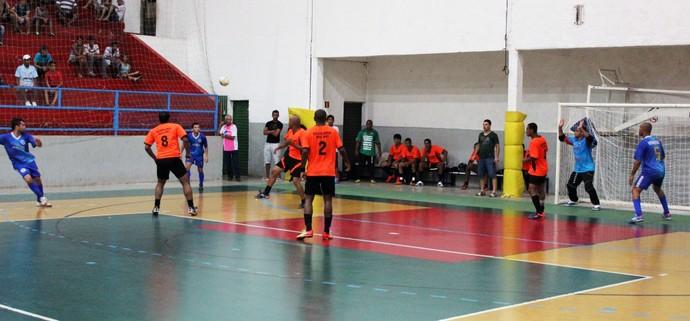 Sucatolândia (laranja) e Vidrosul (azul) em disputa pelo Campeonato de Futsal (Foto: Luiz Paulo / De Olho no Esporte / Cedida)