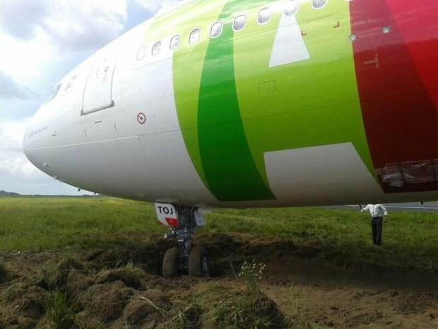Rodas do avião da TAP atolaram na lama após sair da pista, em aeroporto de Belém. (Foto: Foto: W.C./ Arquivo Pessoal)