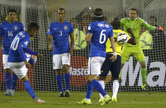 Neymar bolada em Armero (Foto: Ivan Alvarado/Reuters)