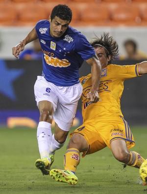 Egídio, lateral do Cruzeiro na partida contra o Tigres-MEX