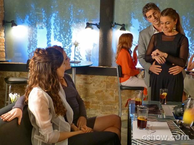 Cadu faz Clara mostrar à Marina a nova aliança (Foto: Em Família/ TV Globo)