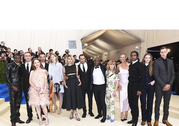 TIme de celebridades - incluindo Paris Jackson - no Met Gala com Raf Simons, Chief Creative Officer da marca (Foto: Instagram/Reprodução)