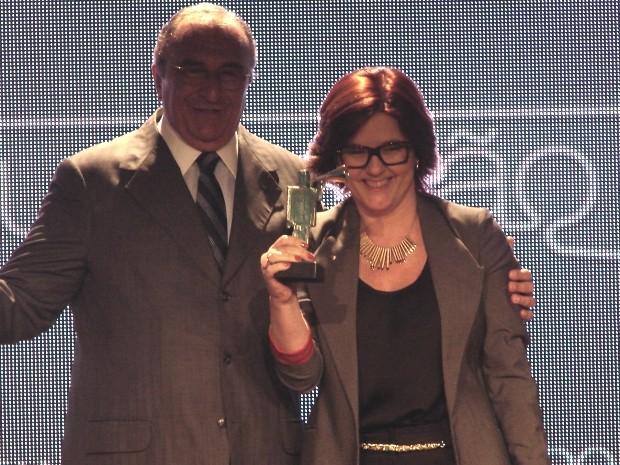 Terezinha de Almeida exibe prêmio de melhor TV regional recebido pela Rede Vanguarda (Foto: Márcio Rodrigues/G1)