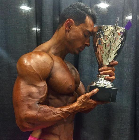 Felipe Franco posa com troféu (Foto: Reprodução/Instagram)