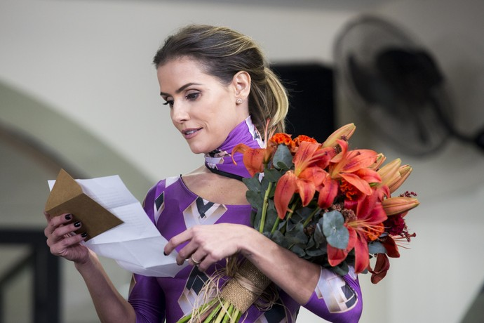 Deborah Secco lê recadinho do marido (Foto: Ellen Soares/Gshow)