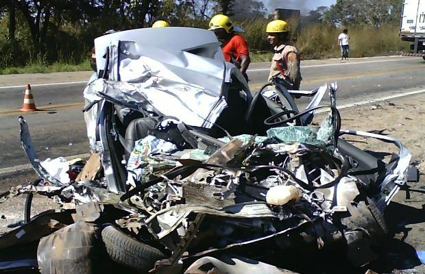PRF acredita que o carro tenha feito uma ultrapassagem em local proibido, em Goiás (Foto: Divulgação/PRF)