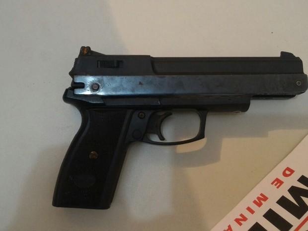Arma usada pelo autor foi apreendida pela PM (Foto: Polícia Militar/Divulgação)