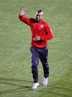 Vidal acena torcida Chile x Bolívia (Foto: EFE/Paolo Aguilar)