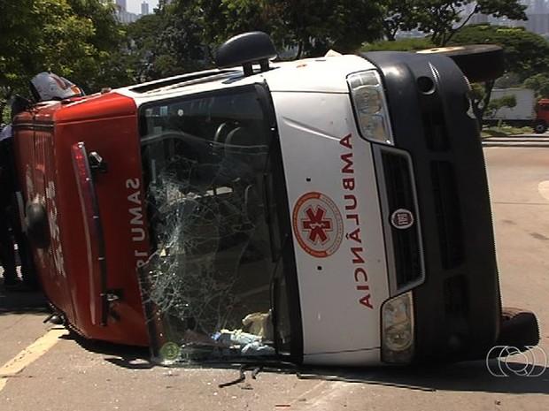 Ambulância tomba na avenida Castelo Branco, em Goiânia, Goiás (Foto: Reprodução/ TV Anhanguera)