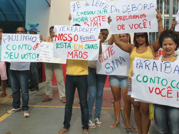 População manifestando em cassação do mandato do prefeito de Itapebi, na Bahia (Foto: Itapebiacontece.com / Arnaldo Alves )