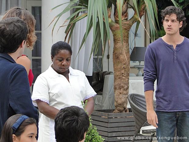 Bento estraga o momento diva da família ao chegar cobrando explicações de Amora (Foto: Sangue Bom/TV Globo)