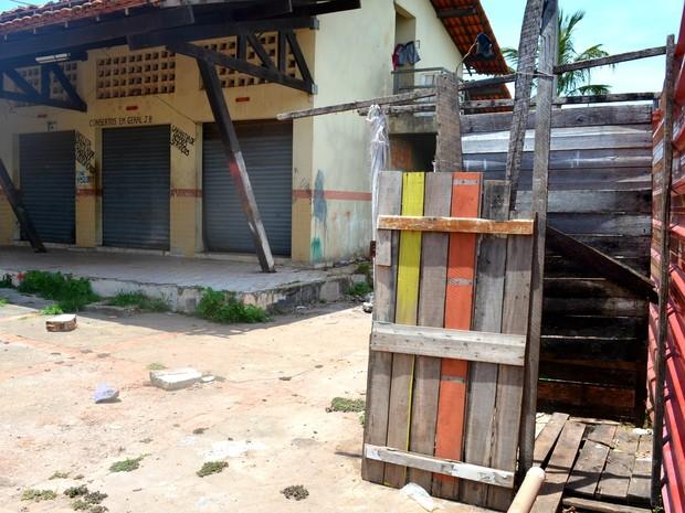 Banheiro usado por vítimas de incêndio é improvisado (Foto: Abinoan Santiago/G1)