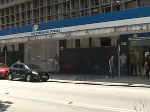 Beneficiários do INSS devem procurar as agências bancárias (Foto: Reprodução/ RPC TV)
