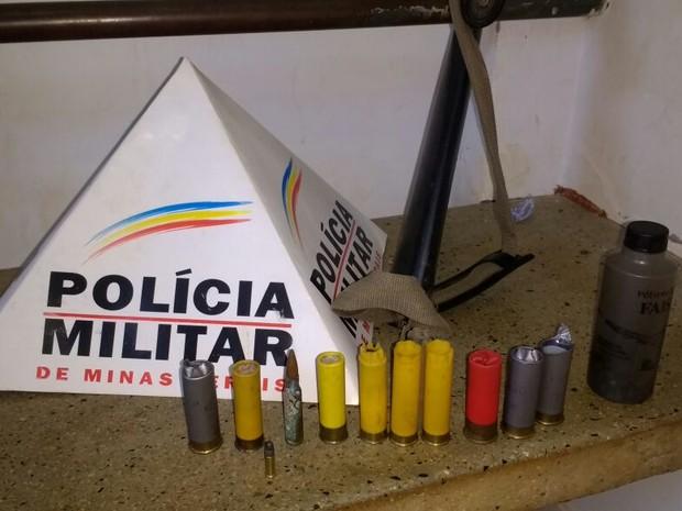 Arma e cartuchos foram apreendidos e levados para a delegacia (Foto: Polícia Militar/Divulgação)
