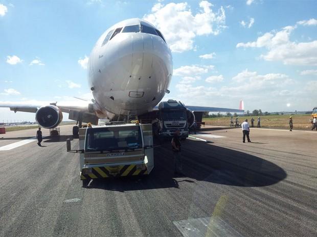 Equipe prepara remoção de avião cargueiro em Viracopos (Foto: Lana Torres / G1 Campinas)