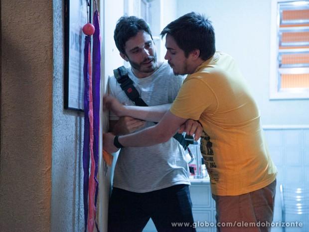 Com medo, William não quer deixar Guto abrir a porta (Foto: Ellen Soares/TV Globo)