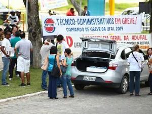 Técnicos administrativos afixaram faixas no Campus A. C. Simões anunciando a greve. (Foto: Jonathan Lins/G1)