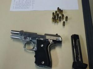 Arma foi encontrada com um motoqueiro em Macaé (Foto: Divulgação/ Polícia Militar)