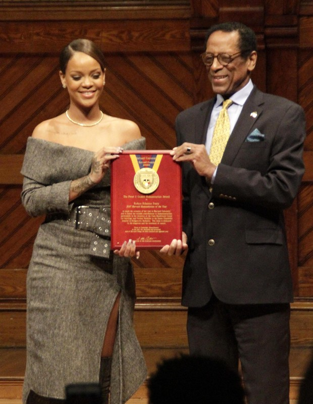 Rihanna recebe prêmio em Harvard (Foto: GrosbyGroup)