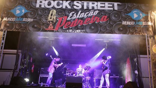 No palco do Mundo Livre, a banda Cadillac Dinossauros, de Ponta Grossa, animou o público com o melhor do rock paranaense (Foto: Luiz Renato Correa/RPC)