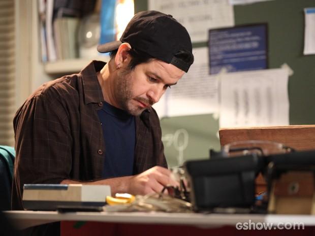 Jonas montando seu primeiro computador. Que ansiedade! (Foto: Camila Camacho/TV Globo)