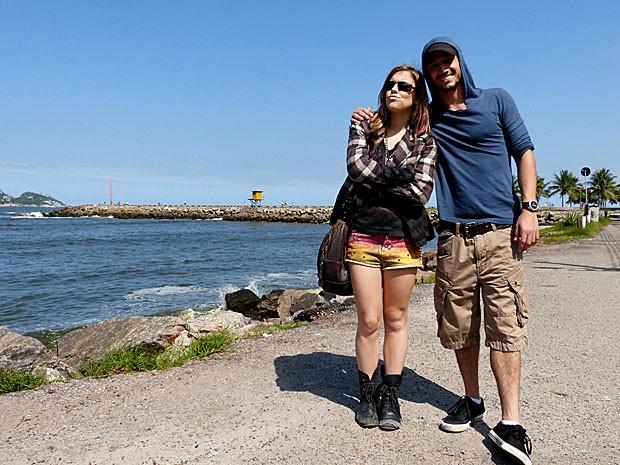 Alice Wegmann e Pedro Cassiano se divertem durante gravação na praia (Foto: Malhação / TV Globo)