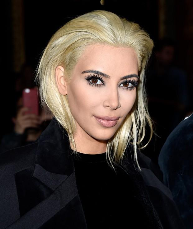 Kim Kardashian - visual louro platinado causa furor em Paris (Foto: Getty Images)
