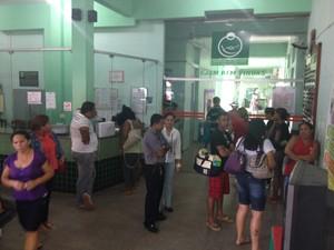 Recepção da maternidade Mãe Luzia lotada de pessoas nesta segunda-feira (23) (Foto: Abinoan Santiago/G1)