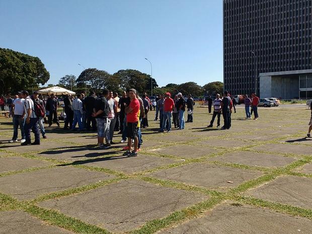 Vigilantes em frente ao Palácio do Buriti durante protesto nesta quarta-feira (15) contra demissões de funcionários de empresas contratadas pelo GDF (Foto: Beatriz Pataro/G1)