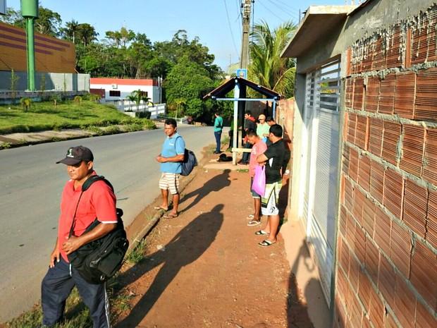 Passageiros aguardavam transporte na Comunidade Parque São Pedro (Foto: Adneison Severiano/G1 AM)