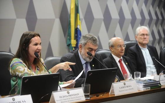A secretária Especial de Direitos Humanos do Ministério da Justiça e Cidadania, Flávia Piovesan (esq.), em audiência no Senado (Foto: Marcos Oliveira/Agência Senado)