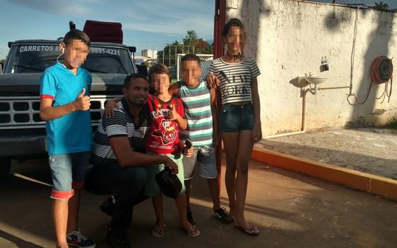 Goleiro Bruno atende pedidos de novos fãs em Varginha. As crianças fizeram fila para tirar selfies com o jogador (Foto: Rodrigo Capelo)