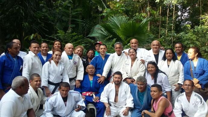 Mestre Coimbra com o alunos (Foto: Arquivo Pessoal)