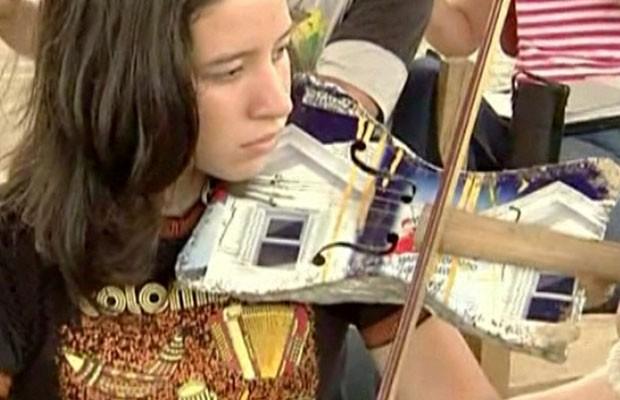 Instrumentos de orquestra foram feitos com lixo (Foto: BBC)