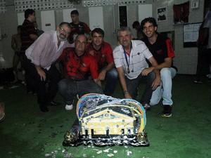 Alexi Portela comemora título baiano ao lado de trofeu da competição (Foto: Divulgação/E.C. Vitória)