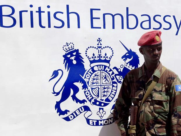 Soldado guarda embaixada do Reino Unido na Somália durante cerimônia de inauguração nesta quinta (25). (Foto: Reuters/Feisal Omar)