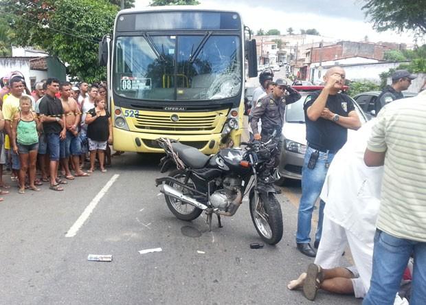 Motorista de ônibus disse que motociclista sobrou na curva (Foto: Jorge Talmon/G1)
