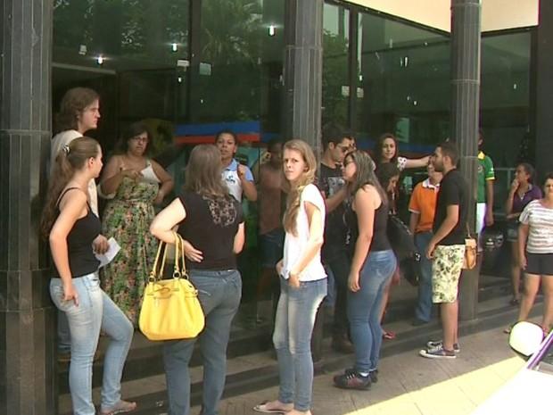 Estudantes universitários de Batatais protestaram em frente à sede da associação de estudantes (Foto: Reprodução/EPTV)
