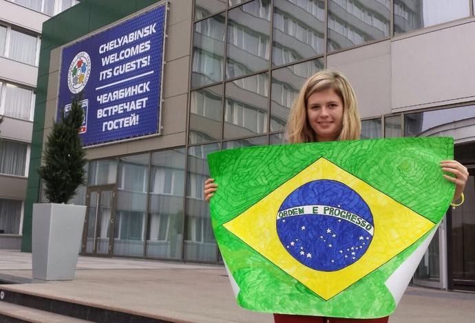 katia voluntária e tradutora seleção judo russia bandeira (Foto: Raphael Andriolo)