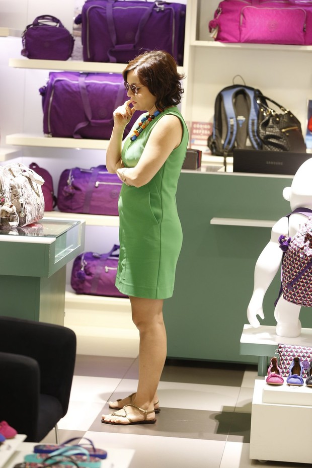 Grávida Regiane Alves faz compras em loja do Shopping Leblon (Foto: Wallace Barbosa/AgNews)