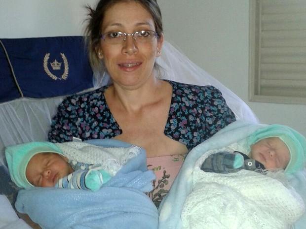 Paula e os bebês gêmeos Pedro, de azul, e Miguel, de branco (Foto: Arquivo pessoal/Divulgação)