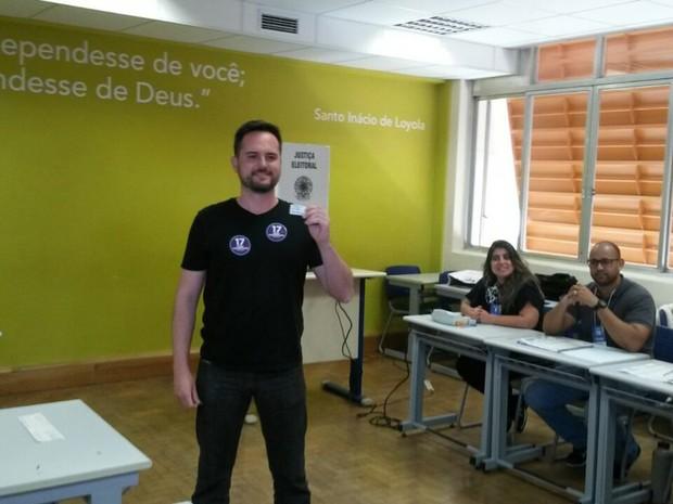 Candidato a prefeito de Porto Alegre Fábio Ostermann (PSL) vota no Colégio Anchieta  (Foto: Brunna Colossi/RBS TV)