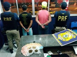 Homens foram levados à Delegacia para os procedimentos legais, conforme a PRF (Foto: PRF/Divulgação)