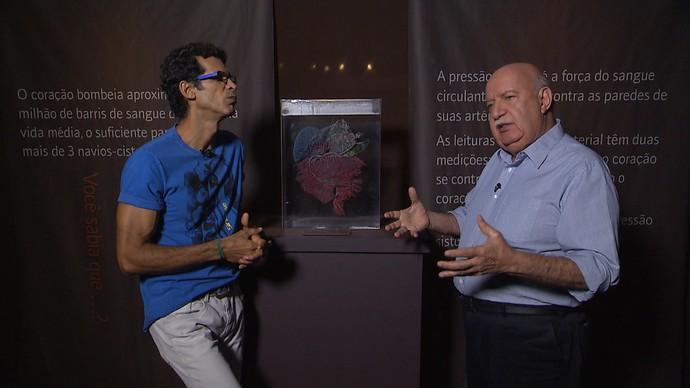 Jackson Costa entrevista o médico cardiologista Maurício Nunes (Foto: TV Bahia)