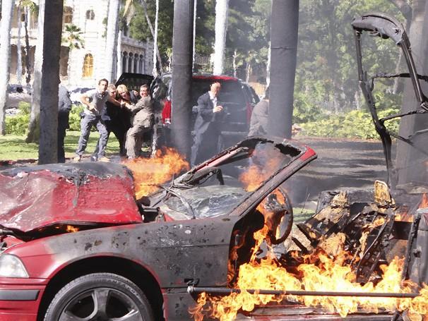 Hawaii Five-0 - O carro da moça explode no que parece uma armadilha para ela e a governadora (Foto: Divulgação / CBS)